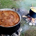 Era inevitabil! După fotbal, politică și poezii românii se pricep și la istoria gastronomiei