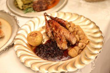 Bucate de demult. Făzănițe cu sos de coacăze și gălbiori opăriți