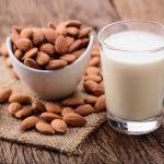 Folosim lapte de migdale de cel putin 300 de ani