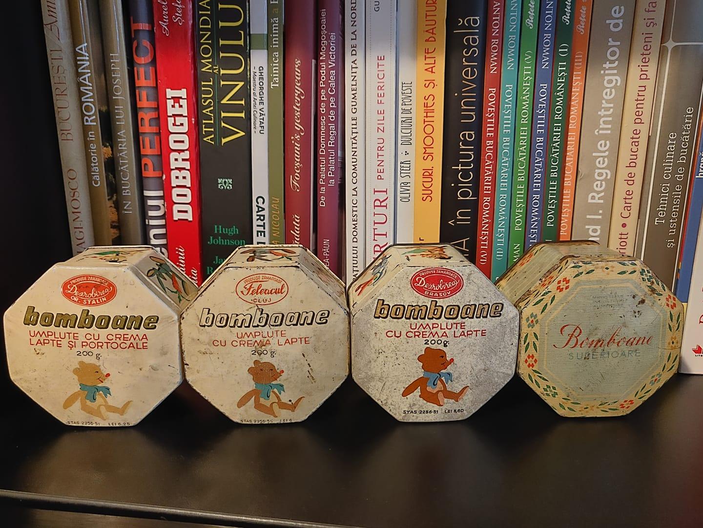 De la stanga la dreapta: Dezrobirea pe când Brașovul se numea Stalin (între8 septembrie1950și24 decembrie1960) urmează două cutii aproximativ identice (prima e la de la Feleacul Cluj, a doua de la Dezrobirea Brașov) și ultima de la Compania de produse zaharoase București.